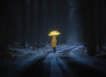 Eindvoorstelling Theater Vooropleiding Amersfoort Meisje in gele regenjas