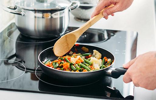 utensilios de cocina - sartén - cocinero