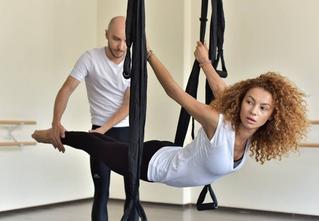 5 motive sa participi la o sedinta de Air Yoga