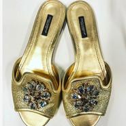 Sandália de couro dourada com broche de