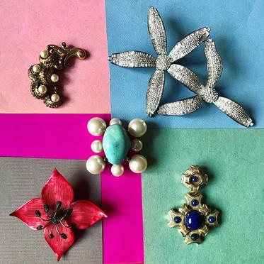 Bijoux vintage, vários broches com muito