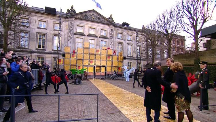 De_koning_voor_het_Noordbrabants_Museum_waar_hij_de_tentoonstelling_opende