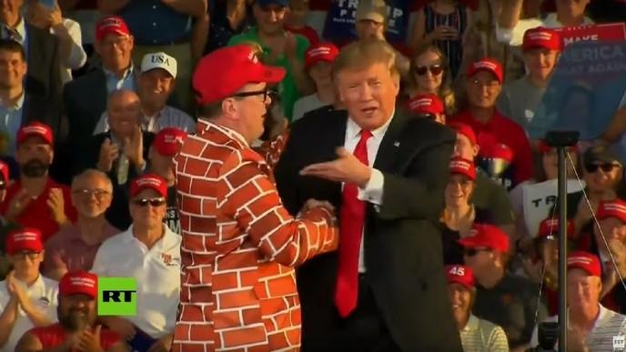Donald Trump invita al escenario a un hombre vestido de 'muro humano'