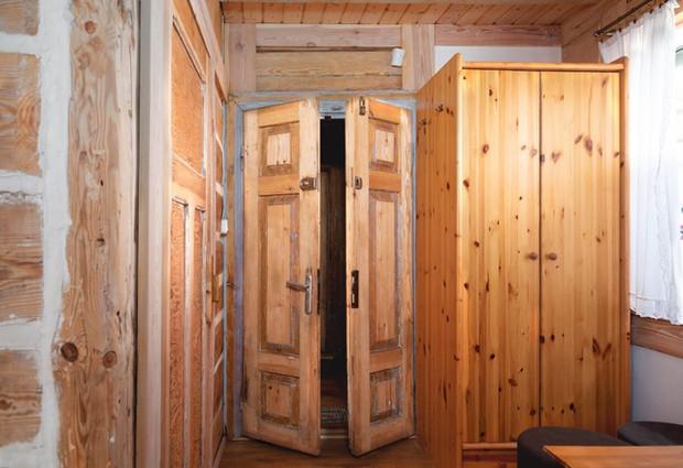 Drewniane drzwi do pokoju