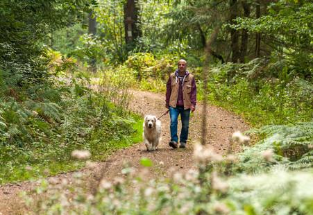 Markus Schmitt dreht mit seinem Hund Jimmy die Runde im Buchklinger Wald