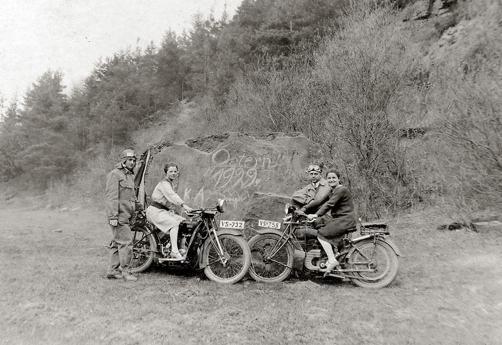 Gruppenbild mit Motorädern 1920
