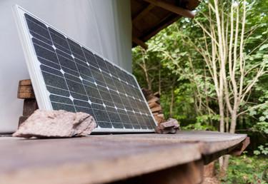 Zur Energiegewinnung dient Marc eine selber gebaute Solaranlage.