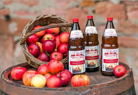 Äpfel und Apfelsaft naturtrüb von der Kelterei Pfeiffer