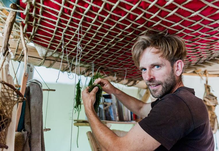 Marc Freukes trocknet Kräuter wie Schafgarbe, Spitzwegerich, Johanniskraut oder Lindenblüten, Beifuß und Acker-Schachtelhalm nutzt er für seine Gesundheit