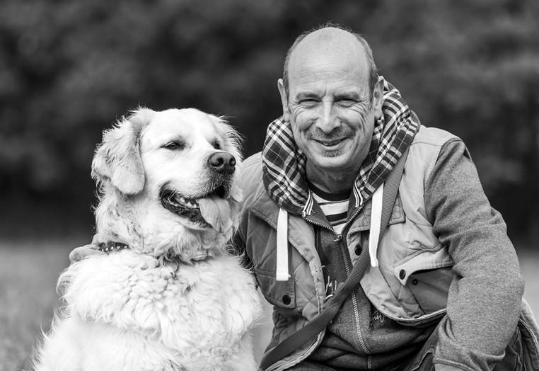 Markus Schmitt mit seinem weißen Golden Retriever