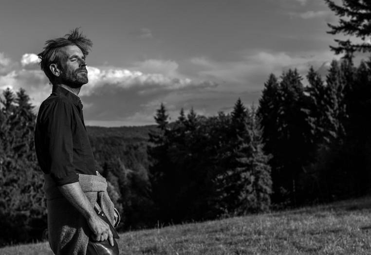 Marc Freukes genießt den Wald im Odenwald