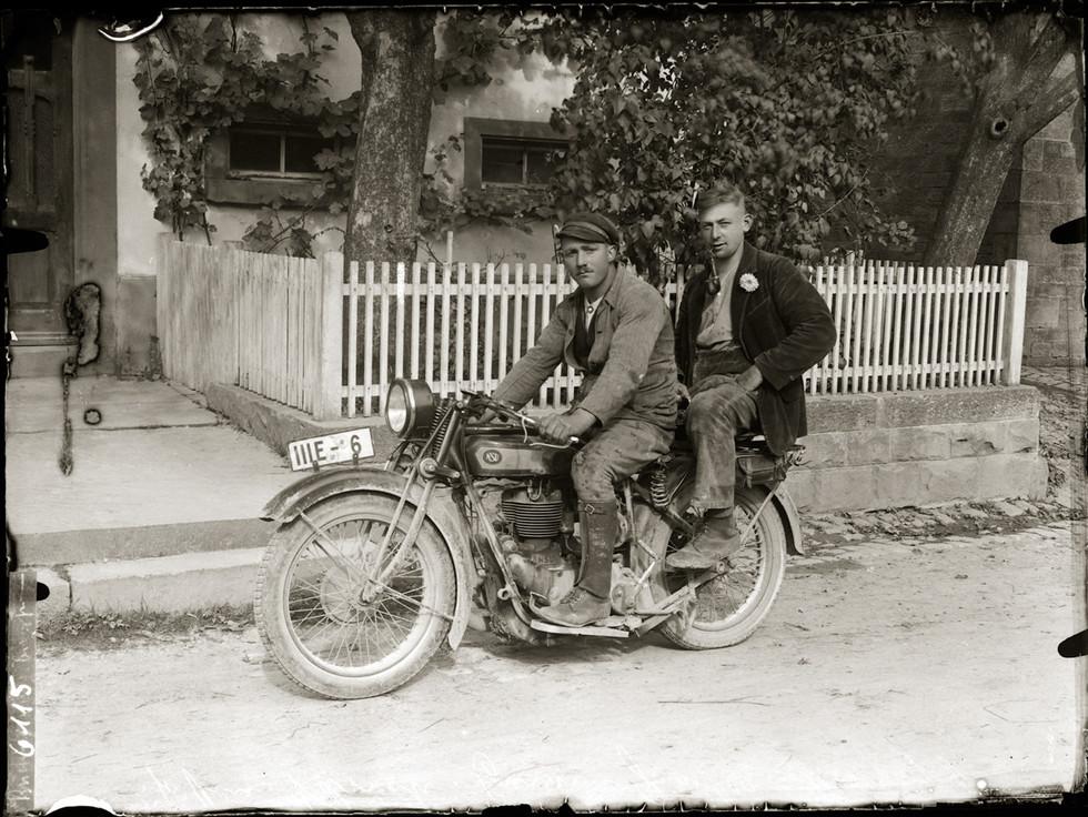 Motorrad vor dem Weiß'schen Wohnhaus