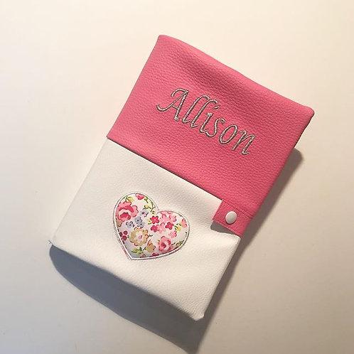Protège carnet de santé rose et blanc thème coeur
