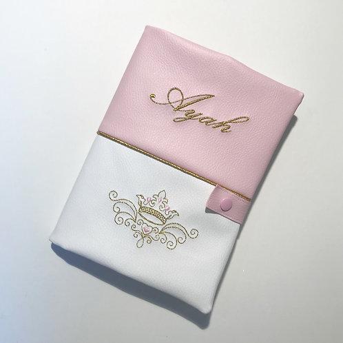 Protège carnet de santé rose et blanc couronne.