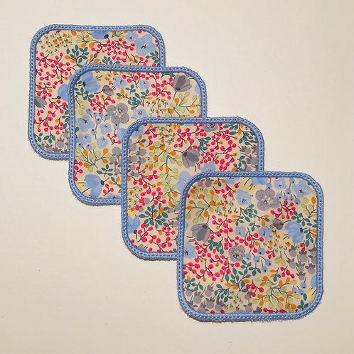 Lingettes carrés fleuries multicolores.