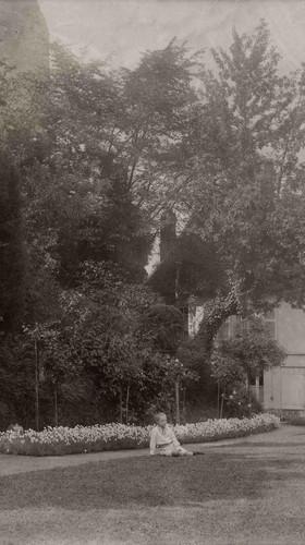 The white garden around 1907