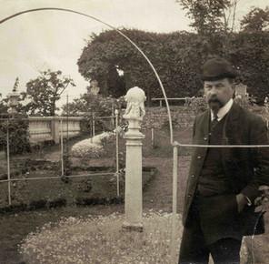 Henri Le Sidaner dans la roseraie vers 1909