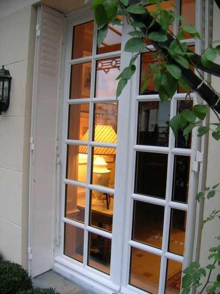 Porte-fenêtre en bois avec petits bois