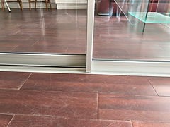 Détail raccord baie vitrée semi minimaliste - seuil encastré (1).JPG