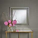 MIRA est un miroir qui captive et surprend. Une construction classique avec des bandes de miroir biseautés et un cadre transparent surprenant. Le mur sous-jacent reste visible et devient ainsi une partie du miroir. La couleur miroir neutre en fait toujours un match parfait.