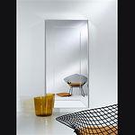 Le miroir SEMPRE est un mélange de solidité et de raffinement. Il a reçu son nom SEMPRE, de l'italien, « toujours » en français, parce qu' une des deux dimensions disponibles peut presque toujours être utilisée. Cette petite famille de deux miroirs remplace la série réussie « Jewel ». Les miroirs sont faits d'un support en contre-plaqué laqué noir, sur lequel les différentes pièces de miroir sont collées. Aussi les côtés sont couverts en miroir. Grâce au design intemporel, ces miroirs conviennent dans chaque intérieur. La qualité du verre et du vrai argent utilisé pour transformer le verre en miroir donne une finition extraordinaire et un effet décoratif supplémentaire à la beauté de l'intérieur.