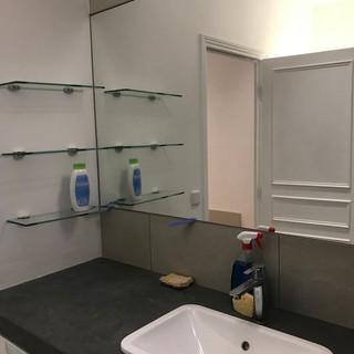 Miroirs et étagères en verre
