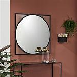 CIRCO est un beau miroir décoratif créé à partir d'éléments géométriques simples: deux formes simples et fortes qui semblent avoir une structure en métal. Cercle et carré s'emboîtent magnifiquement. L'un étroit et anguleux, l'autre doux et fluide. Ils se complètent parfaitement, une relation pour la vie. Les coins de ce miroir design ont été délibérément laissés transparents, ce qui a permis aux couleurs du mur de se fondre dans les lignes marquées du design. Circo peut également être suspendu en diagonale.
