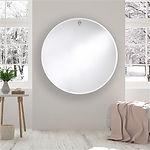 Le Globo est un miroir rond, simple mais très impressionnant, avec un biseau de 2 cm. En haut du miroir se trouve une ouverture ovale par laquelle le miroir peut être suspendu à un bouton de chêne massif. Le bouton de bois est fixé au mur avec une vis solide. La cannelure dans le bouton empêche que le miroir glisse du bouton. Le miroir est suspendu à 2 cm du mur, les cales d'épaisseur permettent une position stable. Un concept contemporain, impressionnant par sa simplicité et sa grande dimension.
