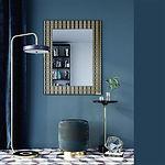 Le miroir design ZAFIRA GOLD se distingue par son design graphique, son choix de couleurs spectaculaire et son format classique. La combinaison réussie du noir, du bronze et de l'or a conféré à ce modèle un aspect à la fois riche et chic. Un eye-catcher dans votre intérieur élégant. Ceux qui aiment les contrastes et la complexité apprécieront certainement ce style. Le bord biseauté du miroir central donne encore plus de classe à l'ensemble. Vous pouvez accrocher ce miroir élégant au mur verticalement et horizontalement.