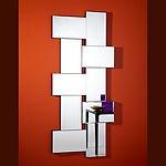 """Criss Cross est un puzzle de 10 miroirs rectangulaires et identiques, dont chaque pièce à un biseau de 5 mm. Les 10 pièces sont montés en horizontal et en vertical, et aussi la profondeur des pièces diffère. A travers les 4 """"trous"""" entre les miroirs, on voit une partie du mur, ce qui donne une extra dimension au Criss Cross. Tous les miroirs sont fixés sur un support en noir mat. Criss Cross se pose facilement en chaque direction, ce qui vous permet de créer des compositions en les mettant au-dessus ou à côte l'un de l'autre."""