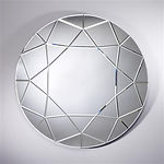Miroir rond composé par des pièces de miroirs biseautés. La forme présente un diamant éblouissant. Tout les pièces de miroirs sont collés sur un support en bois médium argenté. Les biseaux donnent un reflet super beau.