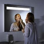 Le miroir B.Light est un miroir salle de bains contemporain et élégant de haute qualité, avec un éclairage d'ambiance agréable. En plus, c'est est le seul miroir salle de bains avec un éclairage vraiment fonctionnel et uniforme: le rendement lumineux qu'il vous faut pour un maquillage correct. Un sensor discret en bas du miroir remplace le bouton traditionnel. Sécurité IP44 pour les salles de bains, 7 ans de garantie contre la corrosion. Si vous souhaitez utiliser le miroir dans toutes les conditions, choisissez la variante B.Light PLUS, qui dispose également d'un système anti-buée intégré. Même après une longue douche, vous pouvez immédiatement accéder au miroir sans devoir enlever la buée de la surface.