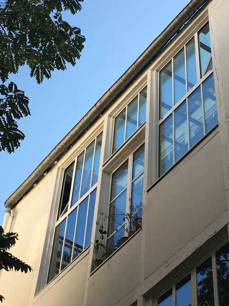 Fenêtres de façade d'atelier d'artiste