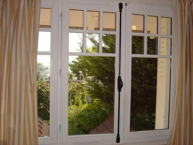 Fenêtres bois double avec fixe latéral et crémone olive