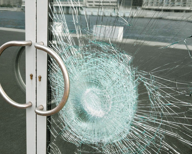 Casse de vitrage de porte d'entrée