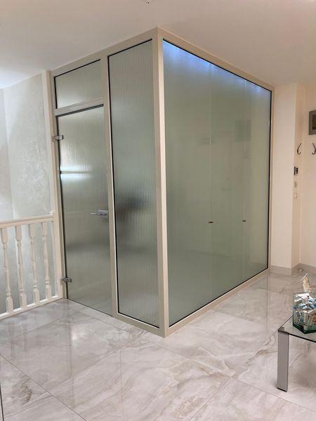Cloison vitrée avec porte