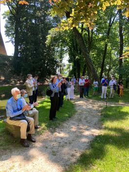 Un momento dell'inaugurazione nel parco del Castello