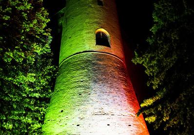 La torre rotonda illuminata dal tricolore
