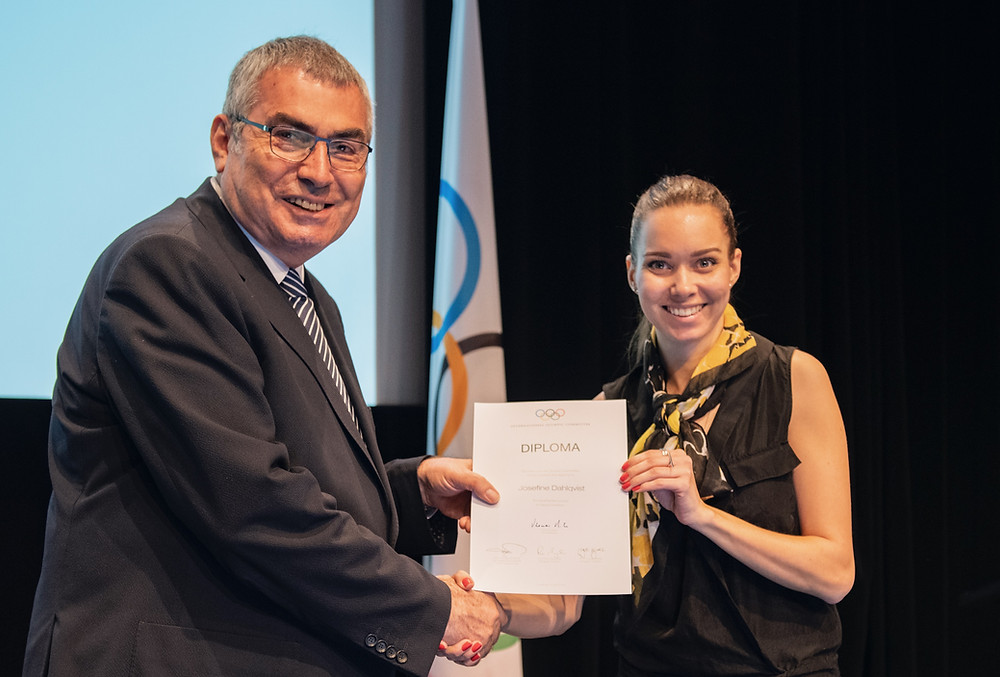 Idrottsdietist Josefine mottar diplom från IOK