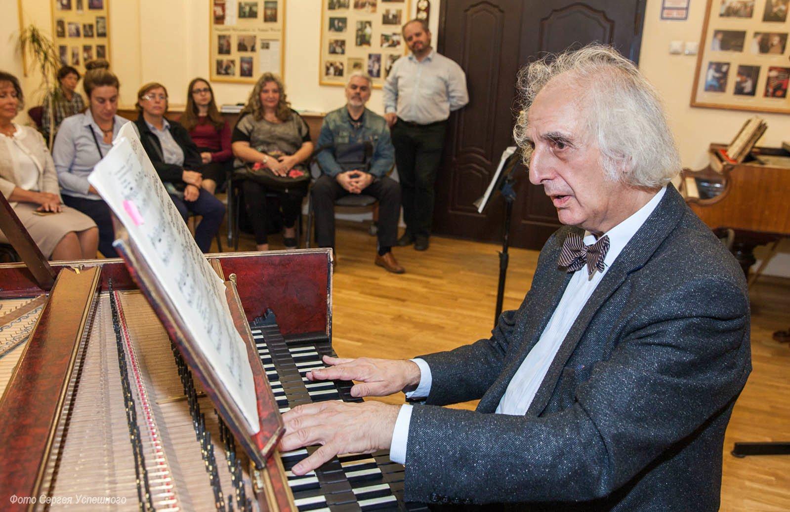 Играет А. Майкапар (клавесин)