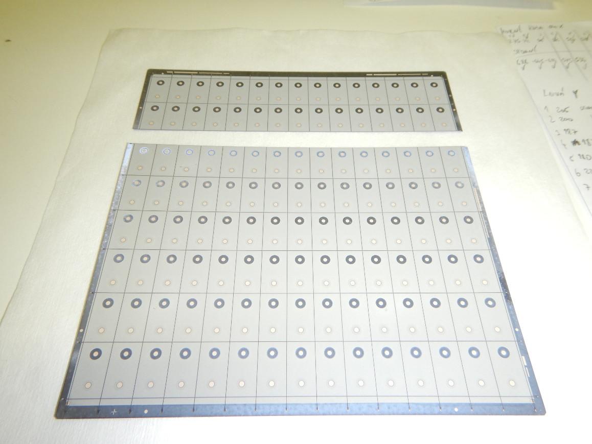 Řezy MWT článků po rýhování na laseru.