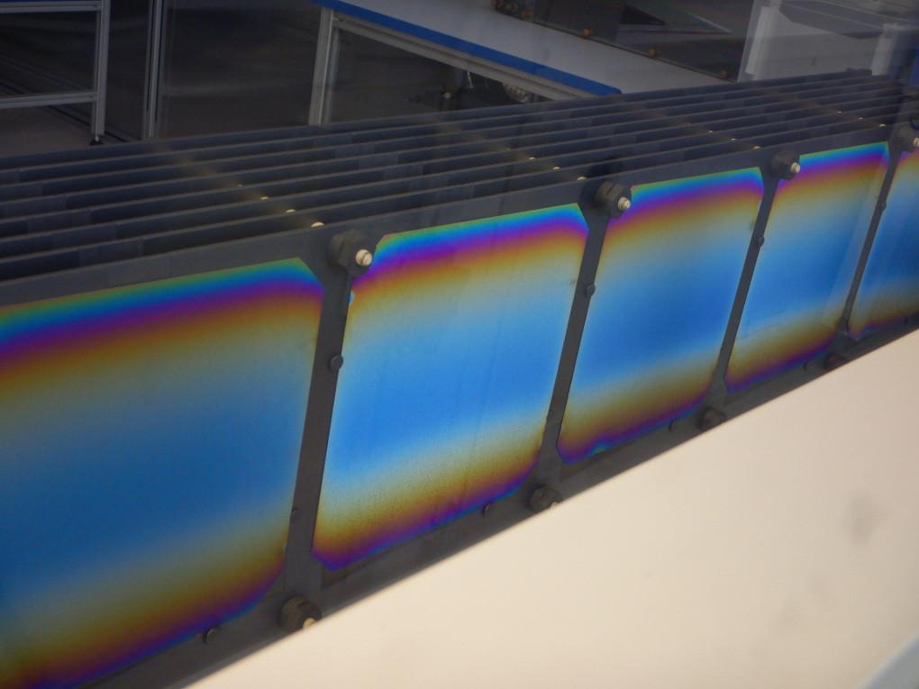 Grafitová lodička pro depozici nitridu křemíku. Různé barvy = různá tloušťka nitridu na křemíkovém substrátu.