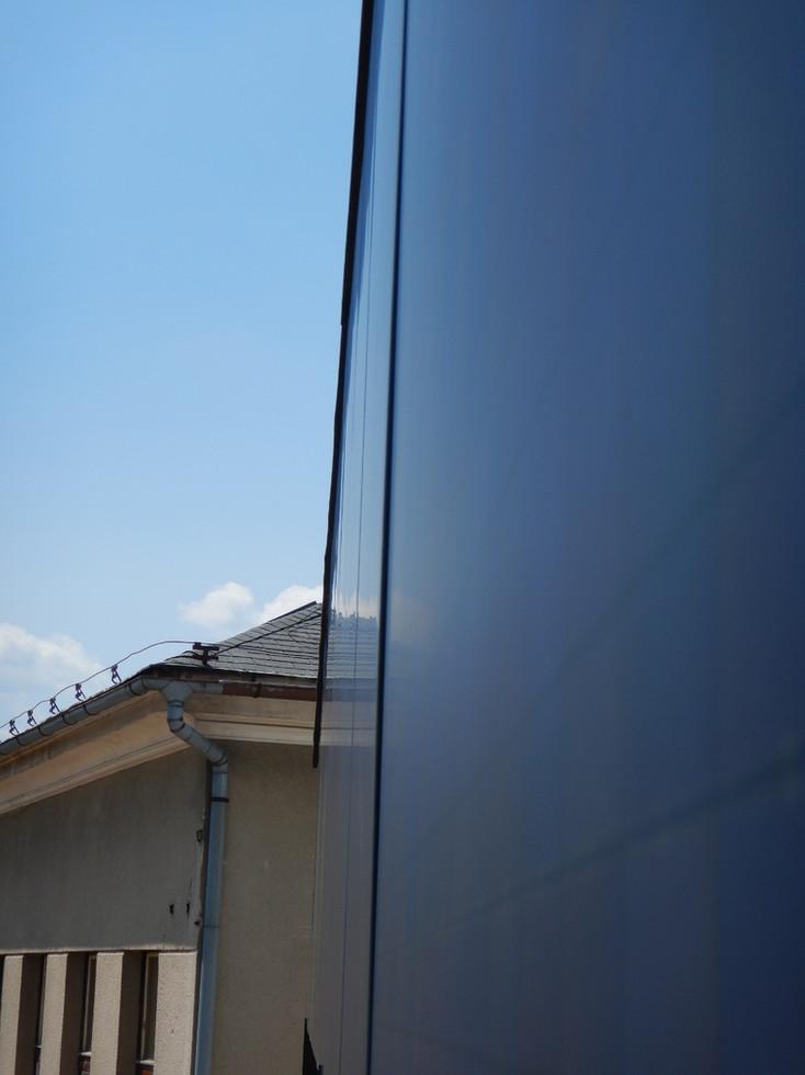 BIPV na ZŠ Kněžmost. Fasádní fotovoltaika a klasická fotovoltaika na střeše.