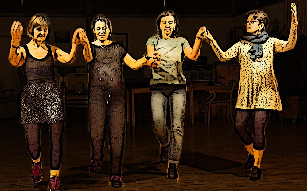 Israelischer Volkstanz: Petra aus München mit einem Teil ihrer Tanztruppe