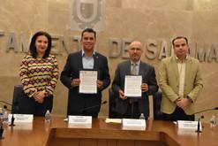 Toño Arredondo firma convenio en favor de los migrantes salmantinos