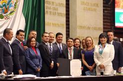 """Entregan medalla """"Eduardo Neri"""" al migrante José Luis Solórzano"""