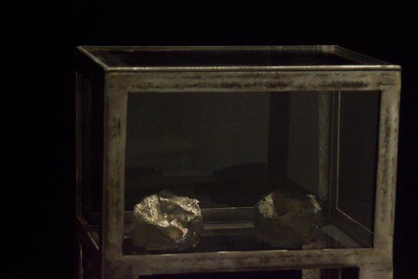Thuộc tác phẩm sắp đặt 'Như một biến thể' (bộ ba gồm một huân chương, một máy chém và hộp 2 viên đá)    Installation 'Like a variant' (incl.one guillotine, a medal & a box of 2 stones)