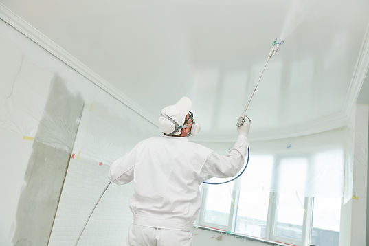 Painter worker with airless painting spr