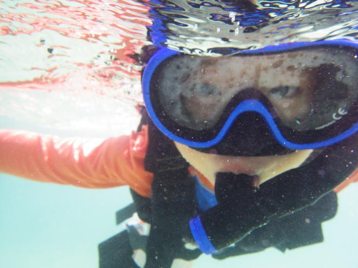 沖縄の海は、まだまだ温かいから泳げるよー。