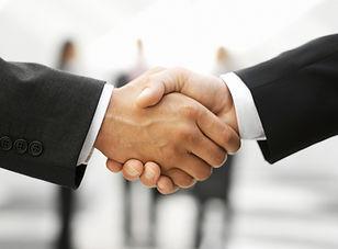 Due uomini che agitano le mani